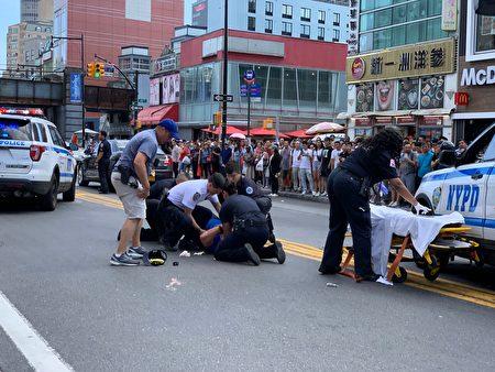 109分局社�^��j官�W唐�{(Kevin O'Donnell)在追嫌犯�^程中摔倒在�R路中央,局�L夏因及其他警察�s到救援。