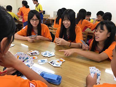 学生透过游戏培养策略与运算能力。