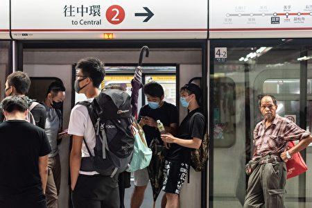 圖為示威民眾阻止地鐵車門關閉。