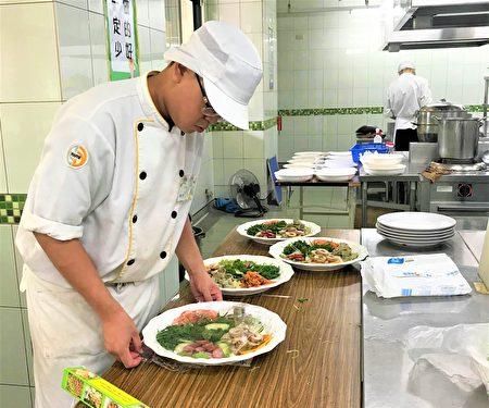 青年高中餐飲管理科高三生交畢業成績,針對輕度失智長輩設計十道「忘年、望年-椿萱宴」。