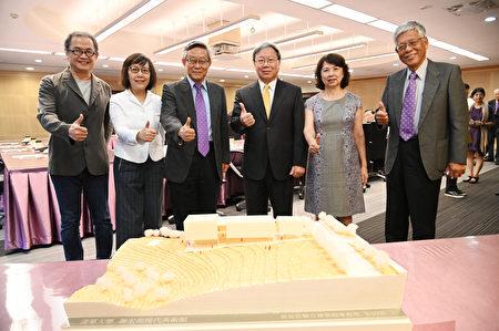 左起建築師郭旭原及黃惠美、賀陳弘、謝宏亮及夫人、清華大學副校長周懷樸。