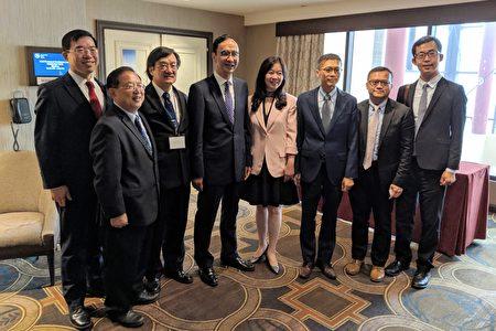 参加美东华人学术联谊会44届年会的嘉宾与朱立伦合影。左起:黄耀良、曾令宁、钟炳采、朱立伦、童惠珍、杨光彬、叶帝余、林威廷。