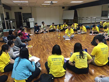 青年学子学法后集体交流谈体会。