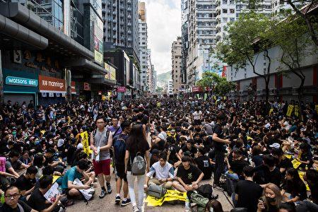 圖為抗議民眾在商店街聚集,周邊店家也停止營業也響應罷工、罷市。罷市