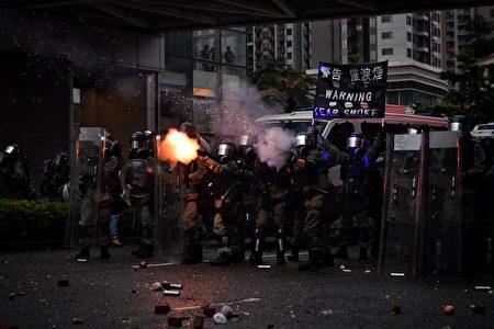 港警用催淚彈攻擊民眾。