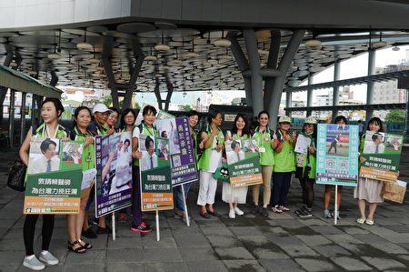 挺赖清德选2020总统,志工在高雄火车站号召民众响应连署,表达支持。