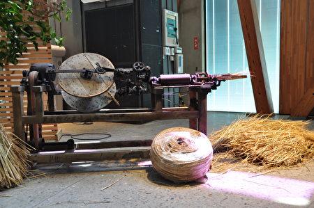 绳机(神迹),将稻草变成绳子,体现出传统农村的环保与智慧