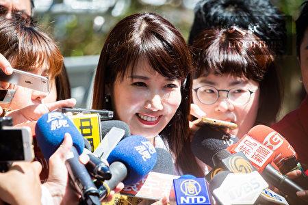 鸿海集团创办人郭台铭自从回国后就鲜少有公开行程,幕僚蔡沁瑜23日表示,郭台铭每天都有关注国际政经议题、思考台湾的未来。