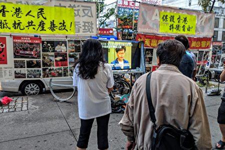 法拉盛民眾駐足觀看支持香港反送中的連儂民主牆。