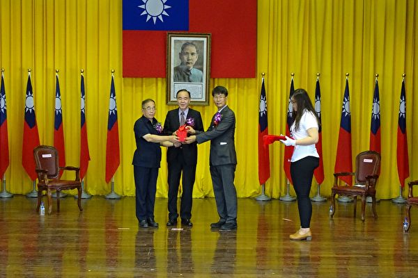 誠正中學舉行新舊任校長交接典禮,印新交接一刻。