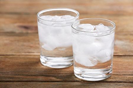 喝太多寒涼飲料,容易導致體內寒濕,中醫推薦4種降溫消暑飲品。(Shutterstock)
