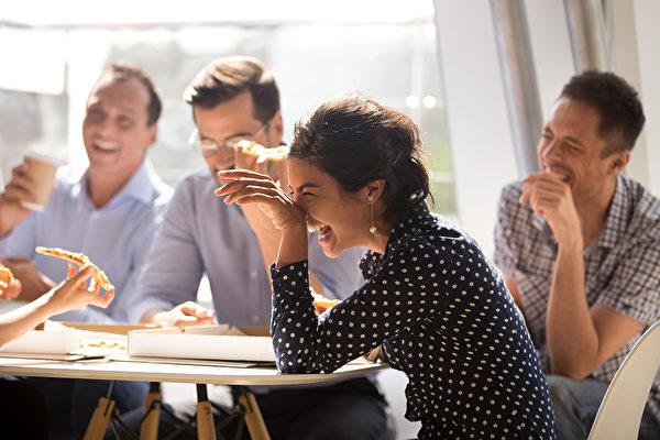 笑是天然的解药,要想笑口常开,需要用点方法,慢慢把它变成习惯。(Shutterstock)