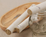 如何分辨艾绒、艾条品质好坏?艾灸时会用到哪些器具?(Shutterstock)