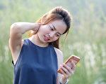 """经常滑手机容易造成颈部僵硬疲劳,引起""""简讯颈""""症状。(Shutterstock)"""