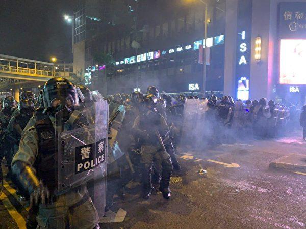 8月4日晚,大批示威者在銅鑼灣聚集,警察發出第一彈。(大紀元)