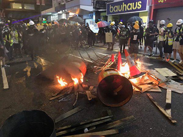 銅鑼灣波斯富街,有示威者點燃木條。(李逸/大紀元)