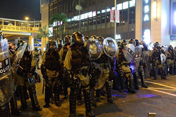 8月4日晚,在銅鑼灣,警察推進,驅散示威者。(宋碧龍/大紀元)