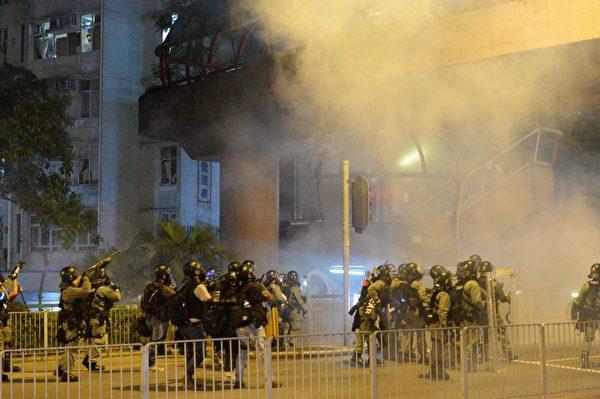 黃大仙警署內外,警方武力升級,防暴警瘋狂向示威者發射催淚彈及橡膠子彈。(宋碧龍/大紀元)