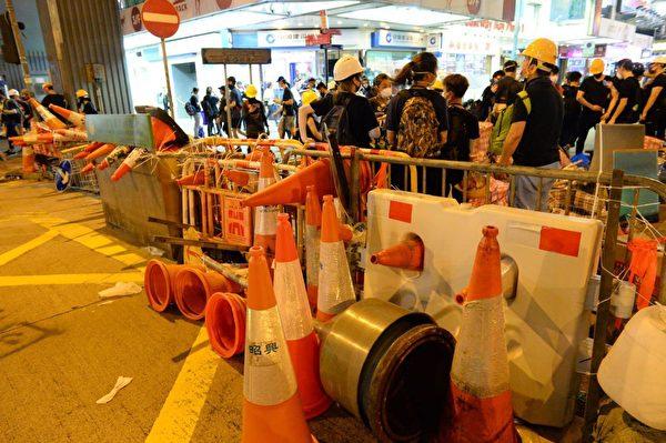 8月5日入夜,大批示威者仍聚集在北角英皇道。(宋碧龙/大纪元)