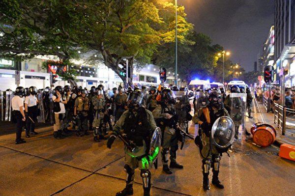 8月10日晚,尖沙咀警察驅趕示威者。(宋碧龍/大紀元)