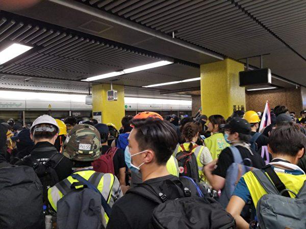 黃大仙的示威者坐地鐵轉戰九龍灣。(宋碧龍/大紀元)