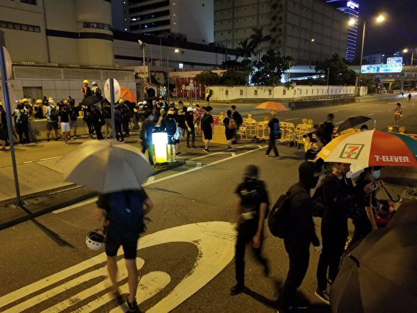 8月10日,示威者在牛頭角警署前遇警察快閃。(宋碧龍/大紀元)