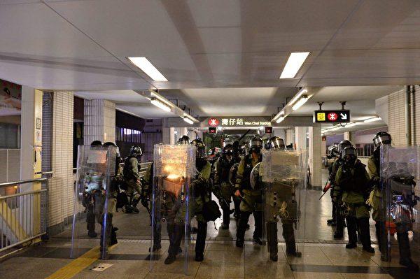 8月11日晚,警察上到灣仔天橋上驅散民眾。(宋碧龍/大紀元)