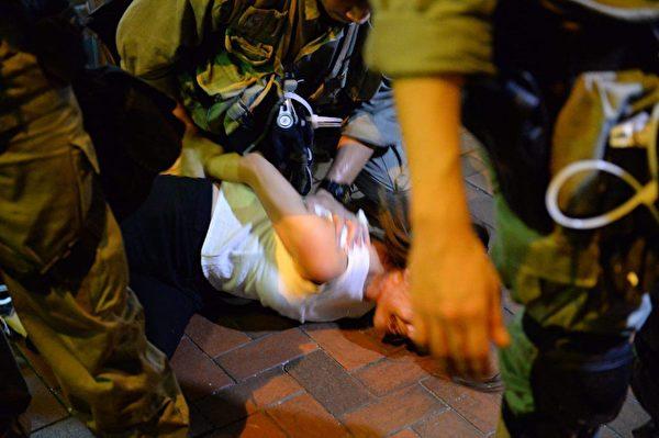 北角城市花园社区主任仇栩欣晚上近9时疑在拍摄直播遭警员制服在地,现场消息称她涉袭警被捕。(宋碧龙/大纪元)