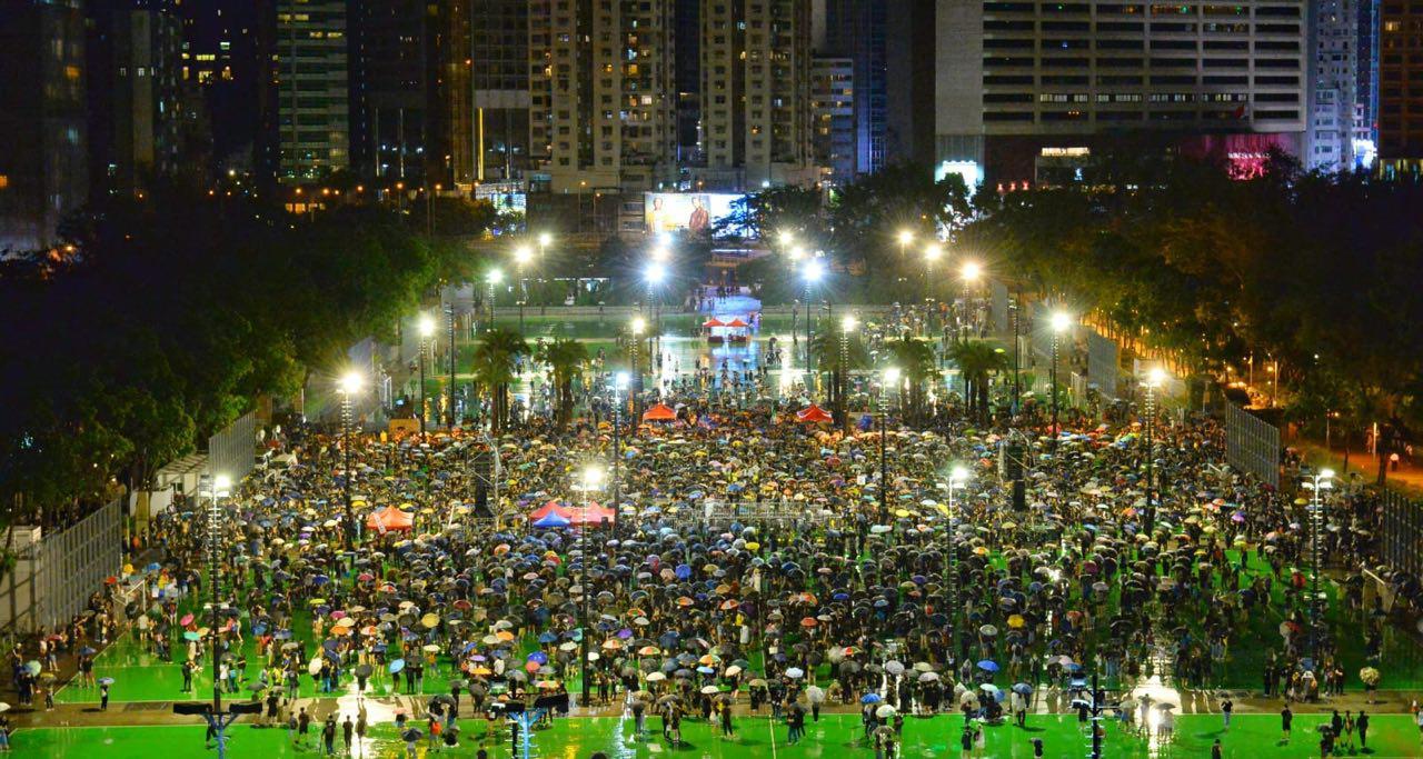 2019年8月18日晚上,参加集会游行的人士进维园。(宋碧龙/大纪元)
