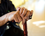 65岁以上老年人体重减轻、走路越来越慢、手部越来越没力气,需留心衰弱症。(Shutterstock)