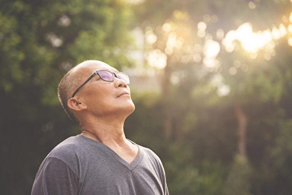 習慣說正向語言,您的意識自然就會開始轉變。(Shutterstock)