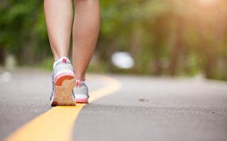 研究显示,走路时脚踩地面所受冲击,可增加大脑血流量。(Shutterstock)
