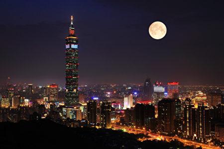 明月陪伴下,登上台北象山,一眼望尽台北夜景与101高楼。