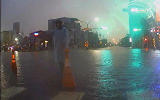 风雨中的无名英雄 只身指挥交通一整夜