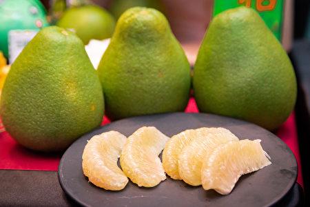 《本草纲目》上亦有记载柚皮气味甘辛、平、无毒,可消食快膈,散愤懑之气及化痰等功效。