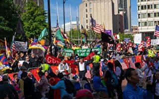 组图:反抗中共极权 波士顿民众呛声中领馆升旗