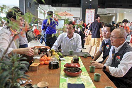 木雕藝術節記者會,縣長與嘉賓體驗三義木雕藝術節的茶席。