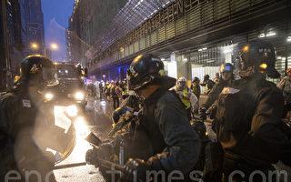 视频:香港警察的动作诡异 疑似嗑药