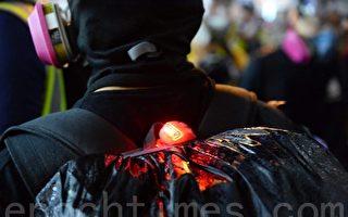 向警车扔汽油弹 疑似香港警察自导自演