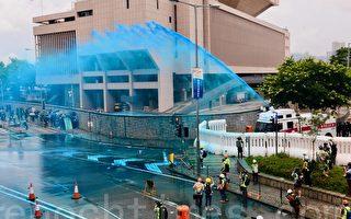 组图:港警狂射催泪弹蓝水炮 示威者扔回催泪弹