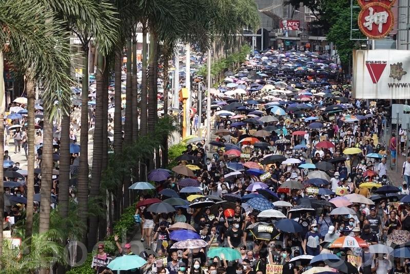 【9.15反送中組圖】港人遊行齊唱《願榮光歸香港》