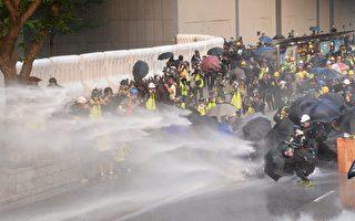 香港市民在多区遭警方及白衣人围袭
