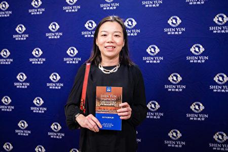 2019年9月23日晚间,马来西亚驻台代表何瑞萍(Ms. Sharon Ho Swee Peng)观赏神韵交响乐团在台北国家音乐厅的演出。(陈柏州/大纪元)