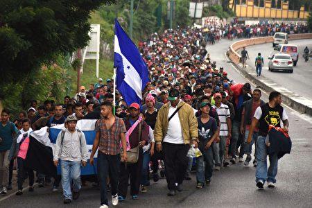 图为去年10月,来自中美洲国家的移民车队试图通过墨西哥进入美国。