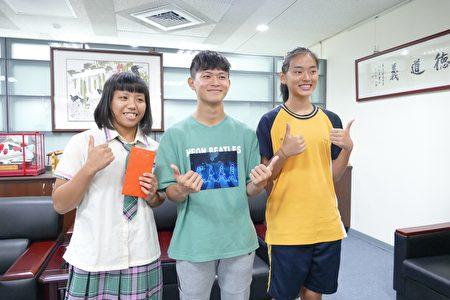 左起翁杏瑶、吴兴明及谢玉涵等三位总统教育奖得主,受奖后开心地合影。