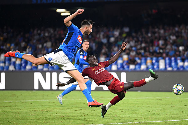 NAPLES, ITALY - SEPTEMBER 17: Sadio Mane of Liverpool stretches for the ball with Konstantinos Manolas of Napoli during the UEFA Champions League group E match between SSC Napoli and Liverpool FC at Stadio San Paolo on September 17, 2019 in Naples, Italy. (Photo by Laurence Griffiths/Getty Images)