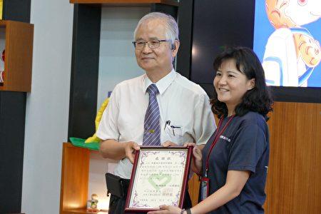 竹山秀傳醫院院長謝輝龍(左)頒贈感謝狀,謝謝台中科學博物館提供活動場地。