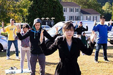 7日上午,紐約上州橙縣週邊的200多名中西方法輪功學員匯聚橙縣(Orange County)草坪,以集體大煉功的形式恭祝法輪功創始人李洪志師父傳統中秋節日快樂。