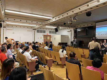市议员万齐家昨天在169小学举办座谈会,与华人对话。