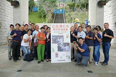 魚池鄉公所邀請「台茶18號+台茶21號」珍珠奶茶的研發者陳櫻珠(圖左手持珍珠奶茶),教民眾調製國宴級奶茶。